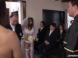 Roodharig neukt op haar trouwdag